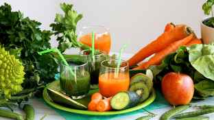 Juicing vs Blending: What's the Best Way to Drink Your Greens?
