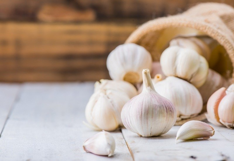 garlic cloves and bulb for cooking